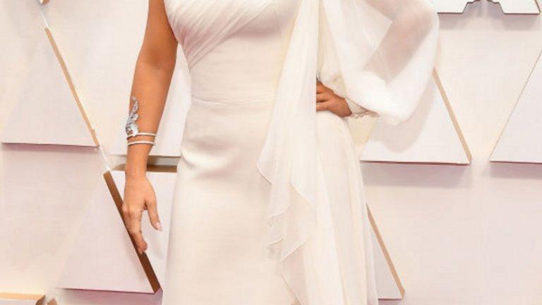 Салма Хайек   Колежката й Салма Хайек беше не по-малко секси и елегантна в бяла рокля Gucci и диамантен венец в косите.