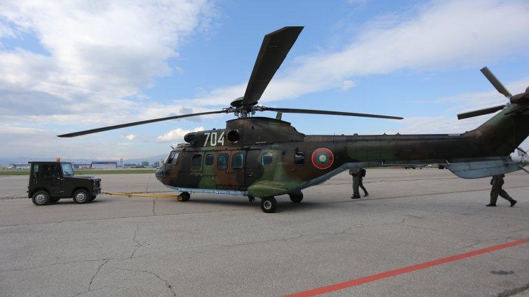 В кадри: Самолети и хеликоптери в небето над София по случай 6 май