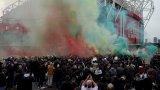 Ливърпул финтира феновете на Юнайтед, които искаха да срежат гумите на автобуса (видео)