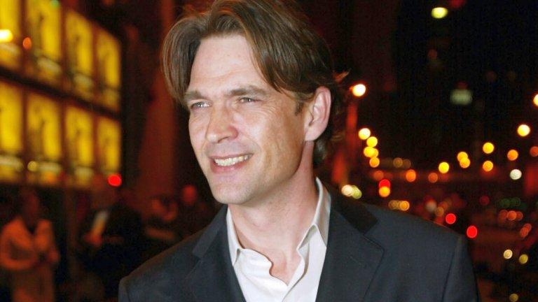 Много възможно е да не сте чували името на Дъгрей Скот. Шотландският актьор поема по пътя нагоре в края на миналия век, но повратностите на съдбата му попречват да стане вероятно огромна звезда. Той е първият актьор, избран за ролята на Логан/Върколака във филма X-Men (2000 г.) на Брайън Сингър.  Така се случва обаче, че ролята в крайна сметка е поверена на по-неизвестния по онова време Хю Джакман. А знаем как се отрази това на неговата кариера.  Но кой е Скот и какво го спира да изиграе сърдития мутант?