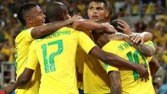 Тиаго Силва в прегръдките на съотборниците си на Мондиал 2018