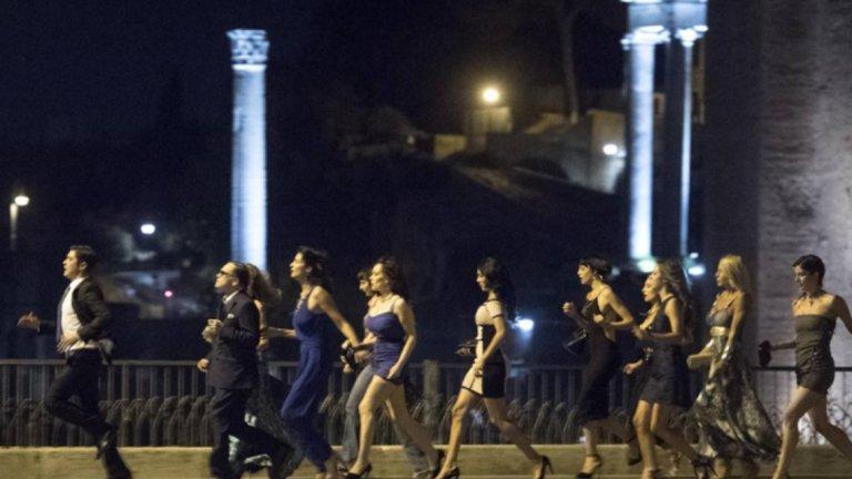 Във филм за Берлускони не може да няма много жени, тъй като Кавалерът е известен женкар.