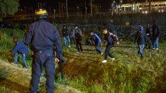 Имигрантите са успели да преодолеят няколко от защитните заграждения, но в крайна сметка полицията за борба с безредиците ги е отблъснала със сълзотворен газ