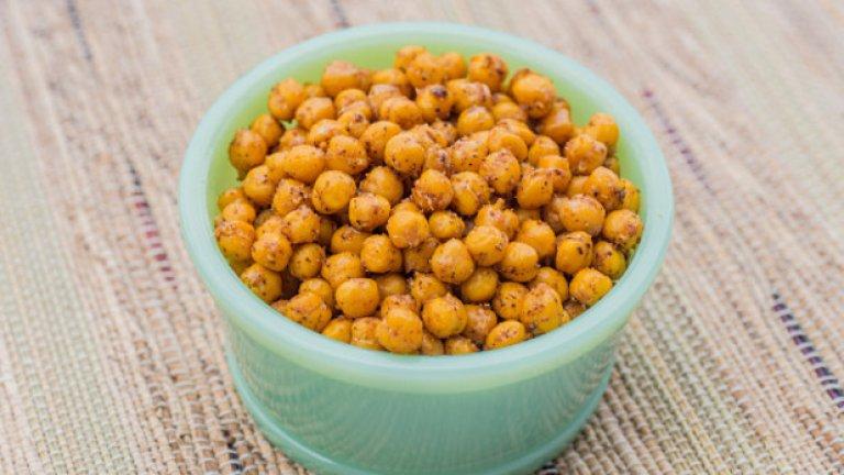 4. Печен нахут Нахут или леблебията може да бъде много добър избор между храненията. Съдържа въглехидрати, богати на фибри и протеини, и, за разлика от другите  тежки храни, като чипсовете, няма много калории или добавена захар.