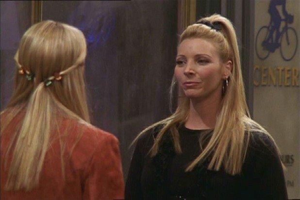 """12. Лиса Кудроу изпълнява две роли  През есента на 1993 г. Лиса Кудроу започва да изпълнява ролята на сервитьорката Урсула в сериала """"Луд съм по теб"""". Година по-късно стартира и участието си в """"Приятели"""" в ролята на Фийби. Двата сериала се въртят по NBC в четвъртък и са един след друг. Няма как на зрителите да не им направи впечатление, че една и съща актриса участва и в двата, а между двете героини има определени сходства в характерите.  Сценаристите на """"Приятели"""" бързо виждат възможност в това и вплитат Урсула в сюжета на своя сериал. Така отнесената сервитьорка от """"Луд съм по теб"""" се оказва сестра близначка на Фийби.  Урсула се появява в общо осем епизода на """"Приятели"""", оформяйки се като демонична противоположност на добродушната Фийби."""