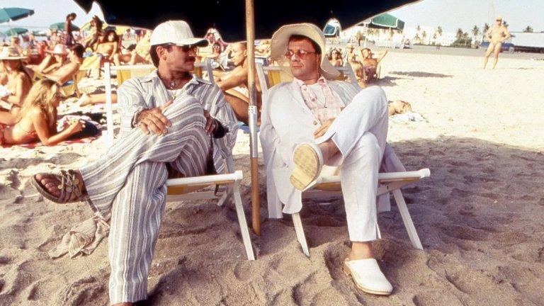 """""""Клетка за птици""""Филмът с Робин Уилямс и Нейтън Лейн е една от най-смешните комедии в света на киното. Направен е на основата на френския филм от 1978 г. Cage aux Folles (""""Клетка за чудаци"""") на Жан Поаре и Франсис Вебер. В него се разказва за хомосексуална двойка, чийто син ще се жени за дъщерята на супер консервативен сенатор от Републиканската партия. Когато двете семейства се сблъскват, смехът е гарантиран."""