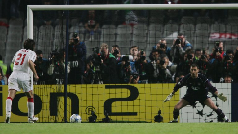"""Пропуснатата дузпа на финала на Шампионската лига срещу Ливърпул, 2005 г.  Сред най-ниските точки от кариерата на Пирло. В един от най-великите финали в историята Милан допусна онзи обрат от 3:0 до 3:3 срещу Ливърпул в Истанбул. После при дузпите """"росонерите"""" започнаха ужасно с изстрела на Сержиньо високо над вратата, а Пирло, разсеян от танците на Йежи Дудек на голлинията, също пропусна своята дузпа. Впоследствие Шевченко профука фаталния наказателен удар и трофеят отиде в ръцете на Стивън Джерард и компания."""