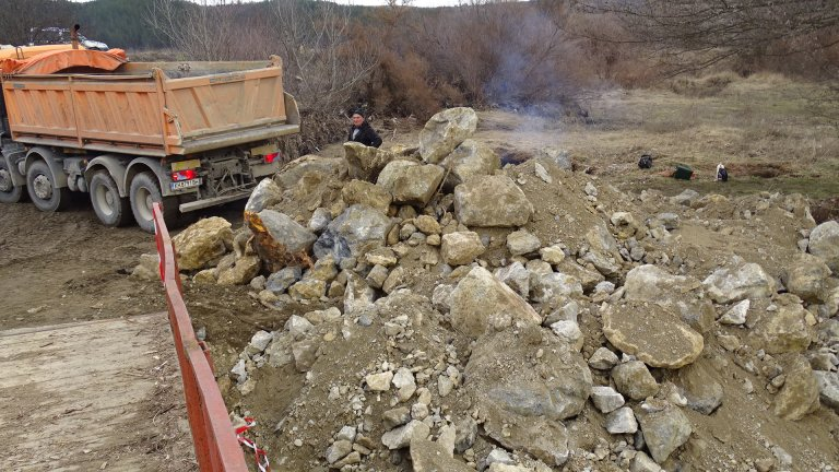 Еколозите пък са категорични, че дейността нанася непоправими щети на околната среда