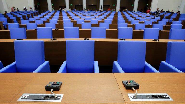 Разполага с 270 места. Пред всяко депутатско място има микрофон, с който се дава възможност народните представители да се изказват и от местата си.