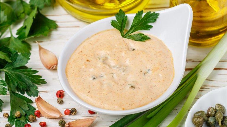 """Френският дресингПод това наименование извън Франция ще срещнете гъста смес от оцет, зехтин, захар, кетчуп и, нерядко, майонеза. Подобна комбинация обаче е създадена и популяризирана от американските готвачи, които по незнайни причини я наричат """"френска"""". Истинският френски дресинг за салати е гениално прост и се състои единствено от зехтин и горчица."""