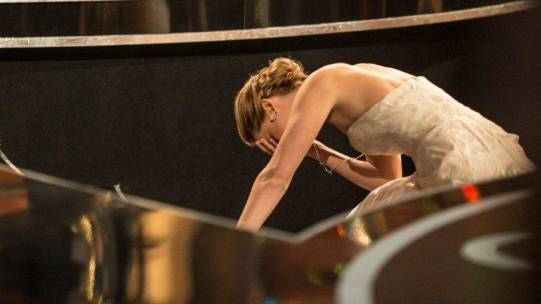 """Падането на Дженифър Лорънс Докато върви към сцената, за да получи """"Оскар"""" за най-добра женска роля за """"Наръчник на оптимиста"""", Дженифър Лорънс не подозира как стъпките ѝ към наградата ще останат в историята. Актрисата се препъва в роклята си на Dior и пада пред очите на целия свят и присъстващите в """"Долби Тиътър"""". Колегите ѝ я подкрепят с аплодисменти на крака, когато актрисата се изправя и си взима наградата, но самата тя и до ден-днешен казва, че случилото се е един от най-унизителните ѝ моменти."""