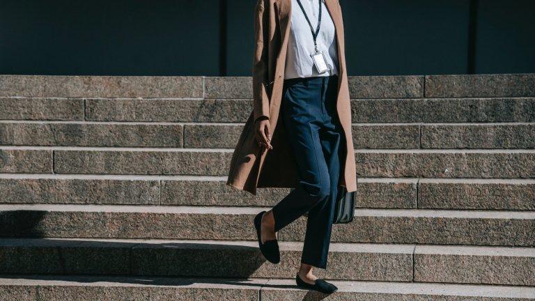 Панталони вместо дънкиВреме е да се обърнете към удобните ежедневни панталони като прекрасна алтернатива на дънките. Има чудесни модели, които са също толкова комфортни, вървят с кецове и с ниски обувки, но и изглеждат една идея по-различно и елегантно.