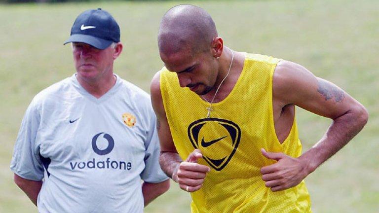"""4. Хуан Себастиан Верон – в Челси, 21,5 млн. евро (2003) Юнайтед плати впечатляващите за онова време 42,6 млн. евро на Лацио за Верон през 2001-ва, но аржентинецът така и не успя да свикне с футбола на Острова. Въпреки това Челси реши да даде над 20 млн. евро за него две години по-късно, но несполуките на халфа продължиха и на """"Стамфорд Бридж"""", престоят му където бе белязан и с няколко контузии. Верон така и не успя да покаже нивото, което демонстрираше в Италия и след период под наем в Интер се завърна в родния Естудиантес, за който записа 281 мача, печелейки две титли, а от 2014-а е и президент на клуба."""
