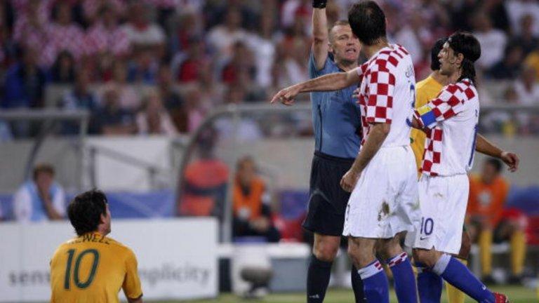 """7. Австралия – Хърватия, Мондиал 2006 Още един английски съдия на Световно първенство, но този път не във финал. Греъм Пол трябваше да покаже цели три (!) жълти картона на хърватина Йосип Шимунич, преди да го изгони. Грешката костваше сериозно на Пол, който не свири повече мачове на Мондиал 2006, като самият той си призна, че е записал грешно име в тефтерчето си при един от жълтите картони. В официално съобщение на ФИФА се казва: """"Обяснявайки действията си пред комисията, Пол призна, че грешно е записал името на австралийския №3 Крейг Муур, вместо това на Шимунич, при втория жълт картон, откъдето е дошла и грешката."""""""