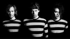 Вокалистът и пианист Джона Нилсон (в средата) обяснява, че Dirty Loops обичат да взимат песни от топ 40 в класациите и преработвайки ги по своя начин, да покажат на хората колко различно биха могли да звучат тези хитове