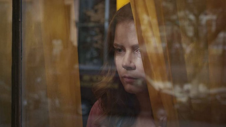 """""""Жената на прозореца"""" (The Woman in the Window) Кога: 14 май Къде: Netflix  Ейми Адамс е в главната роля в психологическия трилър по едноименния роман на Ей Джей Фин. Д-р Ана Фокс (Адамс) е психолог, която страда от агорафобия - т.е. страх от открити пространства. Тя стои затворена в апартамента си, но успява да завърже приятелство със съседка, живееща от другата страна на улицата. Един ден Ана става свидетел на убийството на съседката си, но светът ѝ се преобръща, когато всички около нея твърдят, че видяното не е истина. В другите роли в дългоотлагания филм (премиерата трябваше да е още в края на 2019 г.) са Гари Олдман, Антъни Маки и Джулиан Мур."""