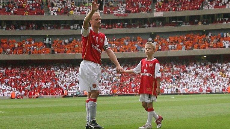 """""""Емирейтс"""" беше открит с мач в негова чест срещу Арсенал през 2006"""