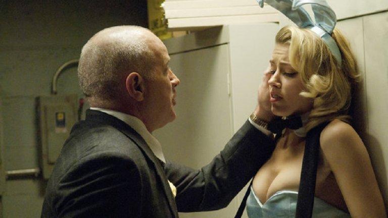 """Решенията, които Хърд взима за актьорската си кариера, също често са доста спорни. Така например през 2011 г. тя се съгласява да участва в продукция на име """"The Playboy Club"""". Сериалът и Амбър привличат доста внимание и само малка част се дължи на разголените сцени. Поредицата е екранизация по биографичен роман на бивша обитателка на имението на Хю Хефнър, в който блондинката подробно описва мръсните тайни зад привидно бляскавия живот на еротичен модел. Само след три епизода сериалът е спрян и заради нисък рейтинг, и заради факта, че продуцентите са сериозно заплашени от Хефнър, че ще ги съди. Хърд от своя страна търпи критики за слабото си представяне в сериал с и без това доста съмнително качество."""