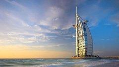 Ултралуксозният хотел Burj al-Arab в Дубай е построен на изкуствен остров със специална форма така че сянката на хотела никога да не пада върху плажната ивица