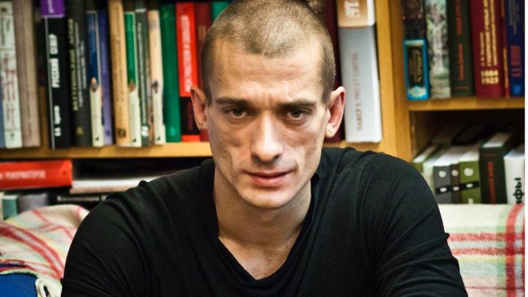 Скандалният активист, критик на всяка форма на репресия, пребивал редовно жената до себе си, разкрива в книга Оксана Шалигина.