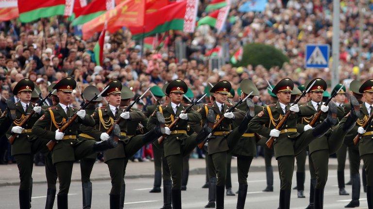 Лукашенко събра хиляди за военния парад в Минск въпреки коронавируса