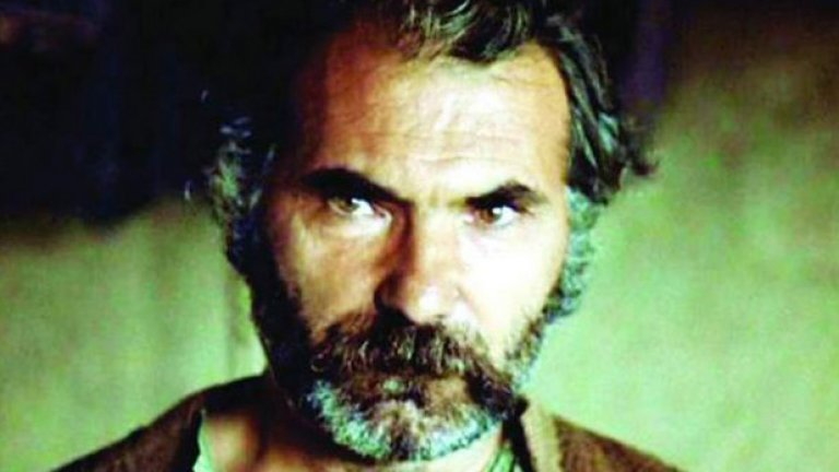 """Подценен: Мъжки времена (1977), 32 място  По разказите на Николай Хайтов """"Мъжки времена"""" и """"Сватба"""", като самият писател е автор на сценария. Действието се развива във времена, когато краденето на жени е било обичай и тънък занаят. Един от най-добрите в този занаят е Банко – горд планинец, на когото е възложено да открадне хубавата и трудолюбива мома Елица. Той трябва да я отведе при мекушав младоженец, който мисли, че може да притежава всичко срещу пари.   Заедно с хората си Банко извършва кражбата. Но досегът с Елица, която се проявява като силна и свободолюбива личност, със собствено мнение и характер, кара сърцето на Банко да трепне. А Елица много добре разбира какъв човек стои насреща й и го моли да я вземе за себе си..."""