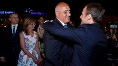 """Макрон демонстрира топло отношение към българския премиер, като още със слизането от стълбичката на самолета се обърна към него с радостен възглас """"Бойко"""""""