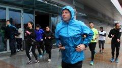 Дори в дъждовни дни в магазина на Nike рано сутрин се събират около 80 човека, които спортуват заедно, подкрепят се, а след това – разговарят.