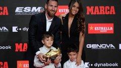 """За да получи приза, футболистът излезе на сцената с двама от синовете си. """"За теб, тате"""", написаха от """"блаугранас"""" в социалната мрежа."""