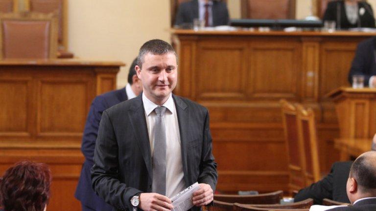 Две комисии в Народното събрание не успяха да съберат мнозинство за искането на Владислав Горанов за ратификация на договор за дълг в размер на 8 млрд. евро до 2017 г. В крайна сметка Бюджетната комисия одобри проектозакона.