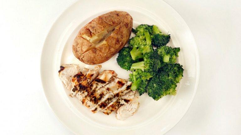5. Печен картоф, пълнен със сирене и броколи Печеният картоф, пълнен с броколи и разтопено нискомаслено сирене, е перфектната храна между обяда и вечерята. Един подобен 100-грамов картоф съдържа около 100 калории и е засищащ, благодарение на водата и фибрите, които съдържа. Комбинацията от фибрите на картофа и броколито и протеина от сиренето ще ви достави достатъчно енергия под формата на въглехидрати.