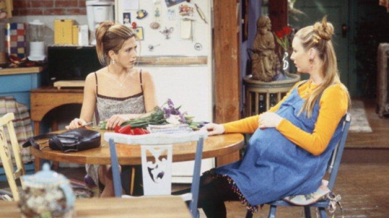 13. Бременността на Фийби  Бременността на Фийби е основна сюжетна линия в сезон 4 и 5, но не е присъствала в оригиналния замисъл на сценаристите за тези два сезона.   През есента на 1997 г. Лиса Кудроу разбира, че е бременна. Пред сценаристите има два варианта – или да се опитат да игнорират този факт и евентуално да отпишат Фийби за няколко епизода или да сложат бременността на актрисата в сюжета.  Изборът пада върху втората опция и Фийби се налага да бъде сурогатна майка за своя брат и снаха.  Историята се повтаря няколко години по-късно. В началото на снимките на последния 10-ти сезон Кортни Кокс забременява. Проблемът е, че в сериала е залегналa сюжетната линия, че героинята и екранният й съпруг не могат да имат деца, което налага и те да се ориентират към осиновяване – основна идея в последния сезон.   Така реалната бременност е игнорирана от сюжета и Кортни Кокс крие корема си под широки дрехи, зад мебели или просто не я снимат от гърдите надолу.