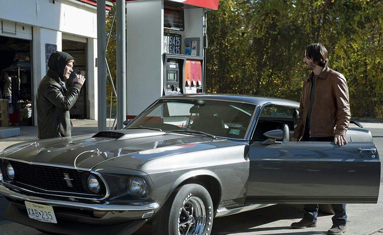 """Ford Mustang 1969, """"Джон Уик""""   Според мнозина най-запомнящите се сцени на Киану Рийвс зад волана на превозно средство са на шофьорското място на автобус от градския транспорт в Лос Анджелис. Но във филмовата си биография той има и далеч по-готино возило - Mustang от 1969 г., който кара в първия филм за Джон Уик.   Екипът на продукцията използва Mustang с осемцилиндров двигател, ускорява от 0 до 100 км/ час за под 9 секунди и вдига до 160 км/ час. Представянето на автомобила е достатъчно добро за целите на филма, а към това се прибавя и агресивният дизайн, характерен за серията."""