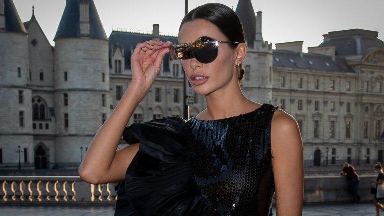 Брокат, блясък и лъскави елементиБрокатът и лъскавите рокли се завръщат, а с тях и всякакви блестящи елементи и аксесоари – очила, чанти, гривни, гердани. Може и да няма особена възможност за клубен живот, но пък нищо не пречи диско треската да се внесе в ежедневието.