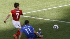 Лукас Винтра, който е един от многото футболисти, сменили родината си, гледа безпомощно как Корея бележи втори гол