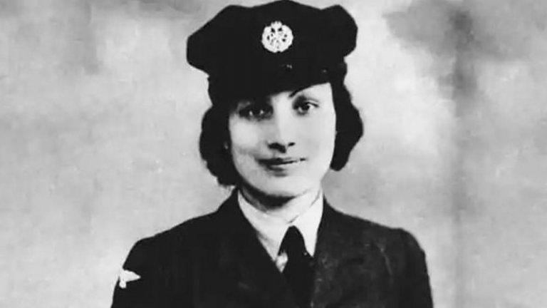 """Нур Инаят Хан  Хан е още едно от момичетата шпиони от Втората световна война. Тя е с американско-индийски произход, но е вербувана от британското разузнаване. През 1943 г. е изпратена като радиооператор в Париж с кодовото название """"Мадлен"""", но скоро след пристигането й местната мрежа е разбита, а повечето членове са заловени. Все пак успява да се измъкне и продължава да се укрива в града, отказвайки да се евакуира.   В крайна сметка е заловена от Гестапо и изпратена в концентрационния лагер Дахау, където е екзекутирана година по-късно заедно с още три жени, осъдени на смърт за шпионаж. Хан е наградена посмъртно с ордена на 'Св. Джордж"""", а през 2012 г. Британското правителство открива паметник в нейна чест."""