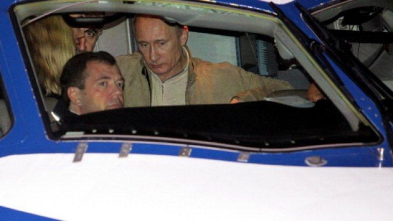 През останалото време с Медведев инспектират нови самолети,
