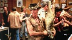 """1.Пол Хоган Във втората половина на 80-те пиратските касетки с """"Дънди Крокодила"""" бяха сред най-ценните притежания на гордия собственик на видео в социалистическа България. Филмът, появил се през 1986 г., е хит не само у нас, но и в световен мащаб. 47-годишният тогава Пол Хоган е утвърдено актьорско име в родната си Австралия, но непретенциозната и нискобюджетна комедия за приключенията на добряк австралиец, живеещ в дивите кътчета на родината си, го превръща в абсолютна звезда за една нощ. Две години по-късно Хоган повтаря ролята в """"Дънди Крокодила 2"""" и филмът отново е касов успех, макар и критиката да не е въодушевена. Той обаче не успява да повтори успеха си в Холивуд и след като в началото на 90-те прави няколко посредствени роли, се връща в Австралия."""