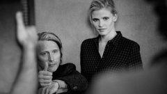 Мадс Микелсен и Лара Стоун пред обектива на Питър Линдберг