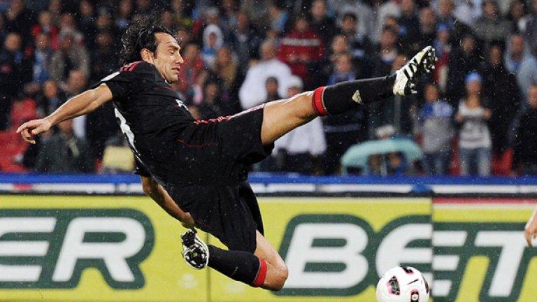 Алесандро Неста – 4 (2002, 03, 04, 07), Лацио/Милан и Италия Номиниран още в първия идеален отбор на УЕФА през 2001-ва, бившият централен бранител не успя да влезе в идеалните 11. Бе неизменна част от него в следващите три години обаче, като през 2007-а се завърна, след като помогна на Милан да спечели седмия си трофей от Шампионската лига.