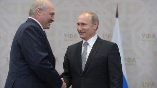 Протестите след президентските избори продължават, но Лукашенко твърди, че е получил обещание за помощ в случай на заплаха отвън (на снимката: Лукашенко и Путин през 2015 г.)