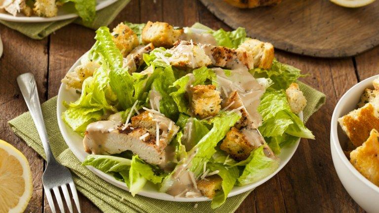 """Салата """"Цезар""""Дори не сме сигурни защо тази салата се приема за италианска, но мнозина погрешно смятат, че идва именно от Ботуша. Всъщност салата """"Цезар"""" е изобретение на готвач с италиански произход, който е притежавал няколко заведения в Мексико и решил да предложи едновременно свежа и питателна салата със зеленчуци, пиле, аншоа, сос и крутони.   В Италия в момента на много места се предлага салата """"Цезар"""" заради засиленото ѝ търсене, но е голяма вероятността да ви изгледат накриво за поръчката."""