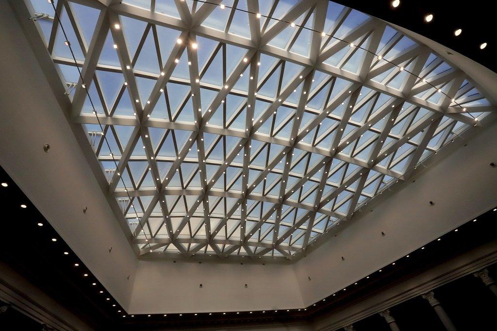 Площта на залата е около 1050 кв. м, а височината на най-издигнатата част на стъкления купол е около 17 метра.