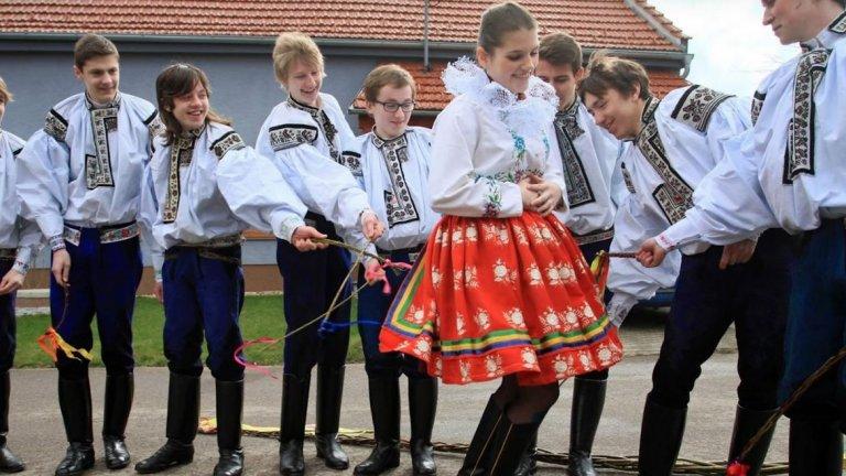 Бой с пръчка... за здраве  В Чехия, Унгария и Словакия се среща доста необичайна традиция. При нея на втория ден на Великден – понеделник, мъже и момчета налагат с пръчки представителките на нежния пол. За целта се използват специални пръчки, покрити с панделки.   Идеята не е жените и момичетата да бъдат наранени, а да бъдат дарени със здраве, красота и плодородие жените през следващата година. Да те бият за здраве – подход, който се среща и в България около кукерските празненства...