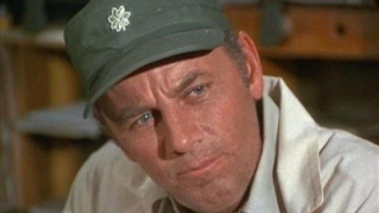 """M*A*S*H, 1975 До този момент телевизионните сериали не убиват главните си герои, освен ако актьорът в ролята не е починал в истинския живот. Всичко това се променя с финала на трети сезон на M*A*S*H (""""Военнополева болница""""). В епизода Abyssinia, Henry полковник Хенри Блейк (Маклийн Стивънсън), освободен от армията с почести, се отправя към дома си. Тогава, в известната финална сцена на епизода, героите научават, че самолетът на Блейк е свален над Японско море и няма оцелели. Въпреки че това звучи логично за сериал, действието в който се развива по време на войната, смелостта на сценарния ход променя завинаги отношението на телевизията към смъртта."""
