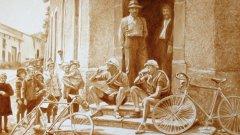 Художничката се вдъхновява от историческите фотографии, включващи бира, като Тур дьо Франс от 1920 г.