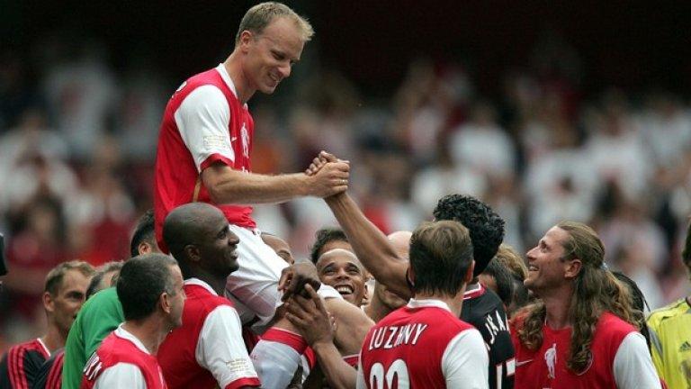 Играчите на Арсенал носят Бергкамп на ръце след последния му мач за тима