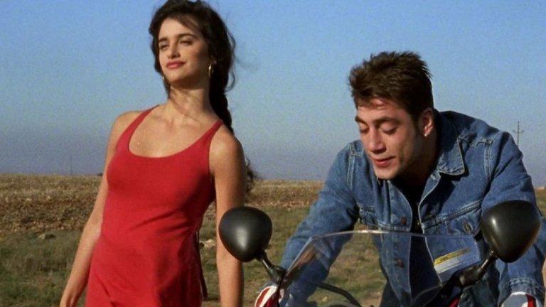 """Първата ѝ роля в пълнометражен филм е в комедийната артхаус драма Jamón, jamón (""""Шунка, шунка"""") на Бигас Луна oт 1992 г. В него тя играе момиче, което забременява от приятеля си, но потенциалната """"свекърва"""" не одобрява връзката на сина си и плаща на друг мъж (Хавиер Бардем) да ухажва момичето. Няма как да не ни направи впечатление, че в него Пенелопе Крус играе с бъдещия си съпруг, но тогава между двамата се заражда единствено приятелство, което едва 20 години по-късно се трансформира в нещо по-различно."""
