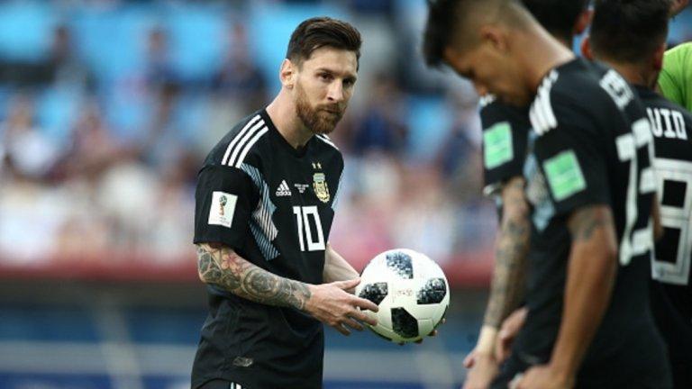 """Лионел Меси  Пореден невероятен сезон в Барселона с рекордна пета """"Златна обувка"""" и дубъл в Испания. Това обаче едва ли ще е достатъчно за Меси, предвид неволите с Аржентина, едва прескочила групата на Мондиала и отпаднала от бъдещия световен шампион Франция. Освен това Барселона рухна срещу Рома в Шампионската лига, така че тази година """"Златната топка"""" изглежда необичайно далеч от Меси."""
