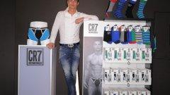 """Кристиано Роналдо е най-добре печелещият футболист в света, но и един от най-умело боравещите на терена на бизнеса. Съветник във всичко му е топ агентът Педро Мендеш, когото Роналдо нарича """"Кристиано на бизнеса"""". Португалската мегазвезда има собствена марка за бельо и облекла, инвестира над 18 милиона долара в огромен мезонет в Тръмп тауър в Ню Йорк, има дялови участия в компании за козметика, часовници, както и е основно лице на Nike. Не се вижда как ще фалира..."""